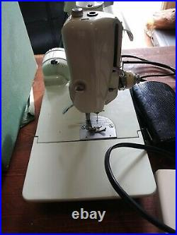 VINTAGE SINGER 221K MINT GREEN FEATHERWEIGHT PORTABLE SEWING MACHINE operates